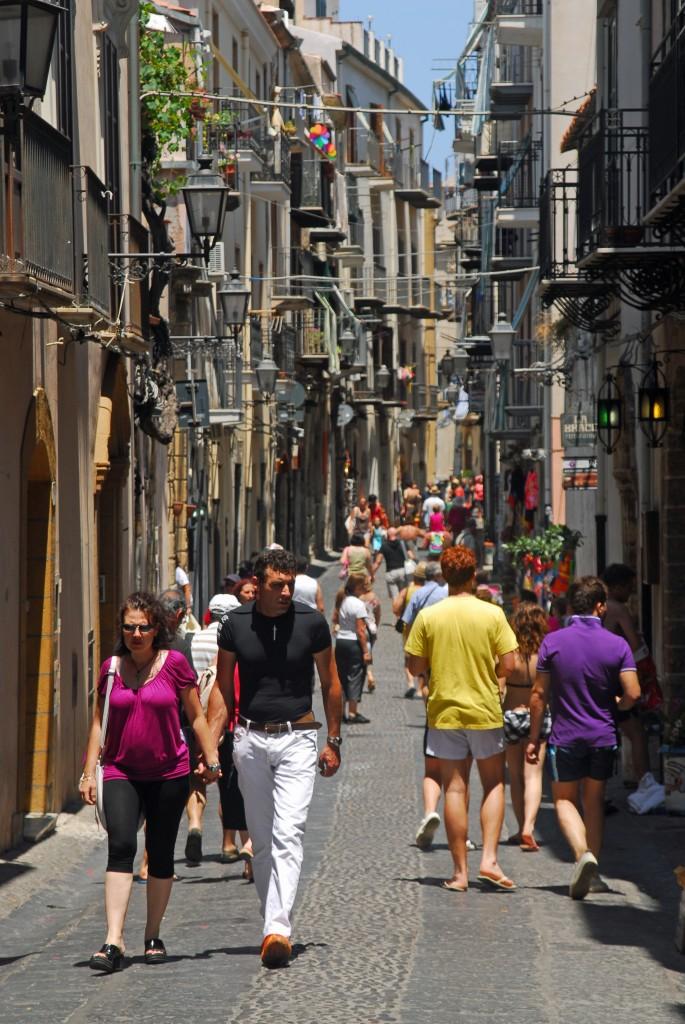 Aitoa italialaista tunnelmaa henkivän Cefalun kaduilla  voi kuulla Sisilian sydämenlyönnit.