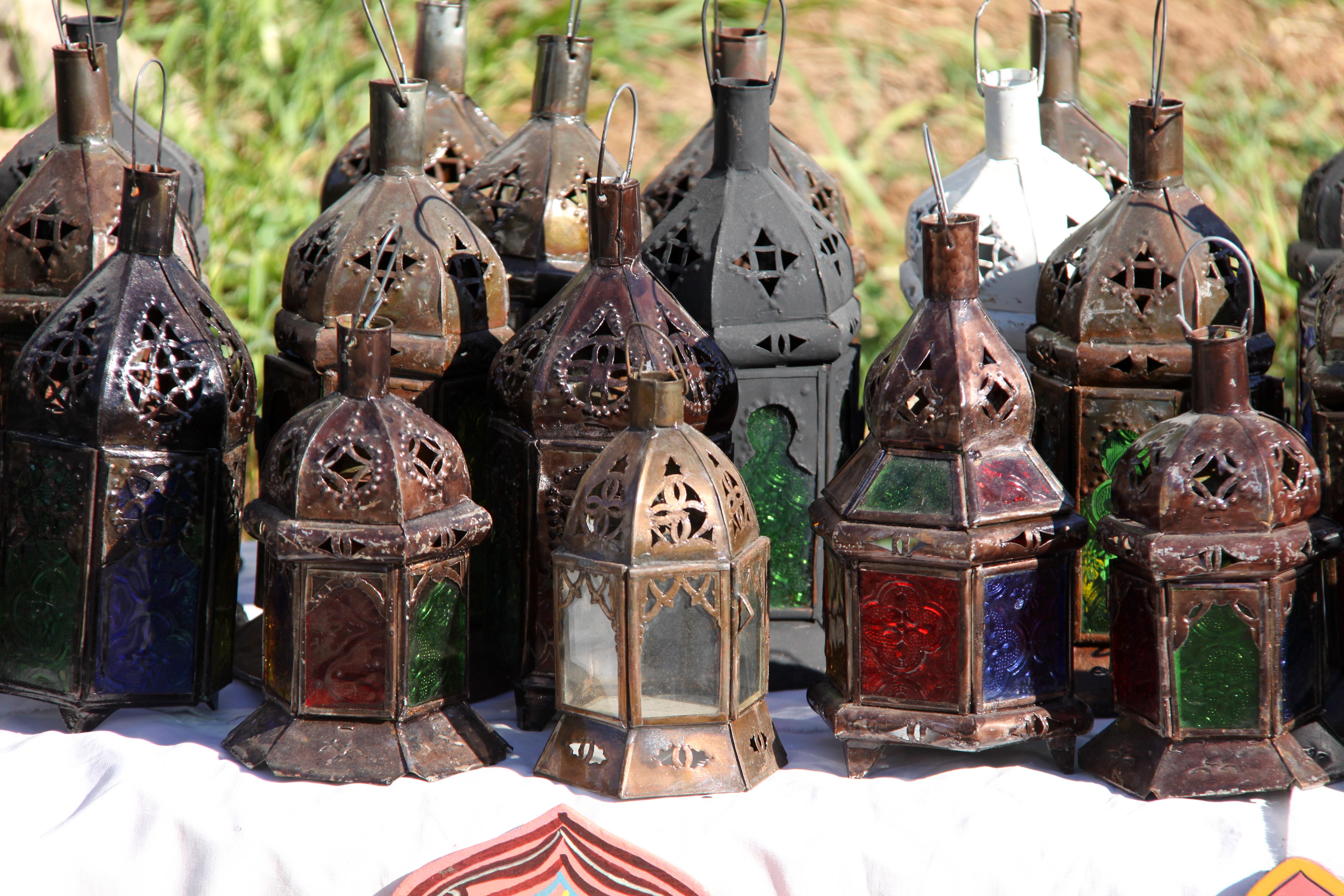 Kauniit marokkolaistyyliset lamput ja lyhdyt suorastaan huutavat raottamaan kukkaron nyörejä, vaikka matkalaukussa ei olisikaan tilaa.