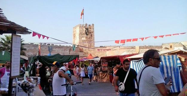 Feria-alueella on säpinää heti aamun valjettua.
