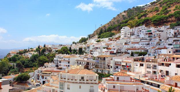 Mijasin kylä tähyilee alas hienoista maisemista vuoren rinteeltä.