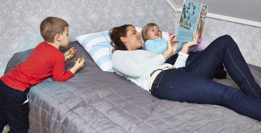 äiti ja lapset sängyssä