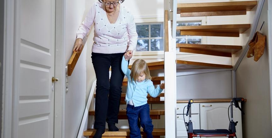lapsi ja isoäiti portaissa