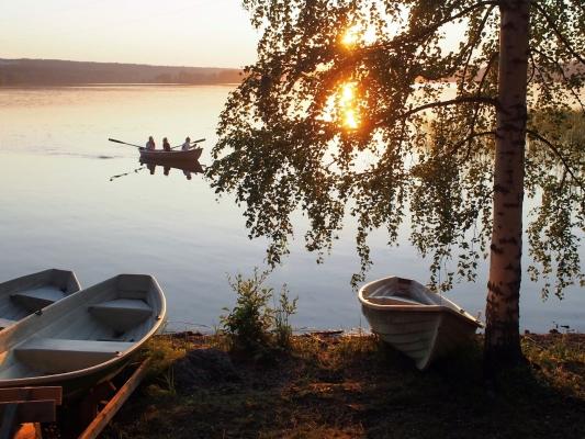Järvi ja veneitä
