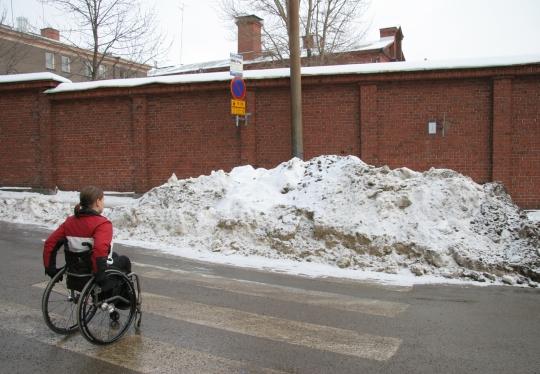 Pyörätuolilla liikkuva suojatiellä